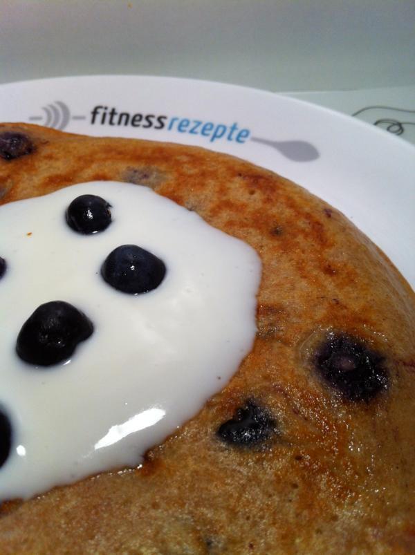 protein pfannkuchen mit blaubeeren und leckerem vanille protein joghurt. Black Bedroom Furniture Sets. Home Design Ideas