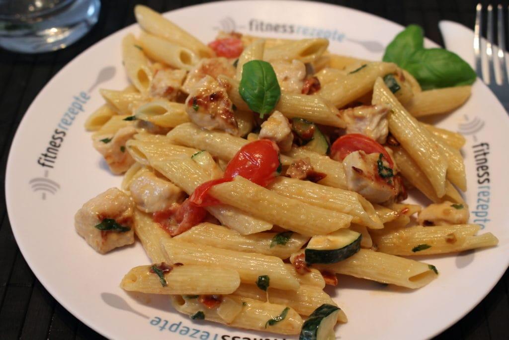 Die High Carb Pasta an einer leichten Basilikumsauce