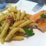 selbstgemachten High Carb Walnuss Pesto Nudeln mit Lachs