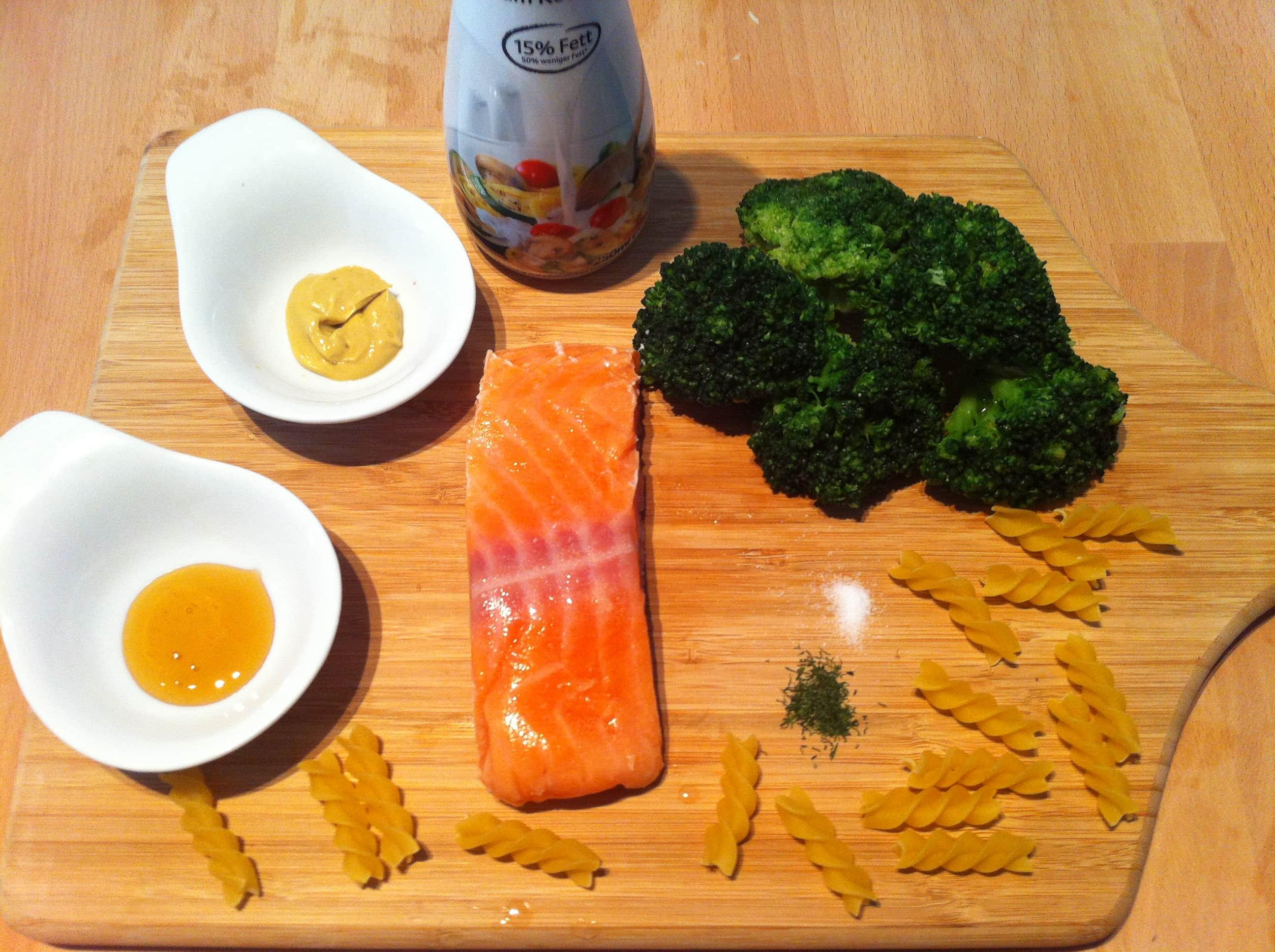 Die leichte Senfsauce mit Lachs und Nudeln1