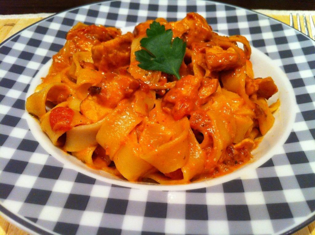 sahnige low fat Tomaten Lachs mit Nudeln - Fitnessrezept