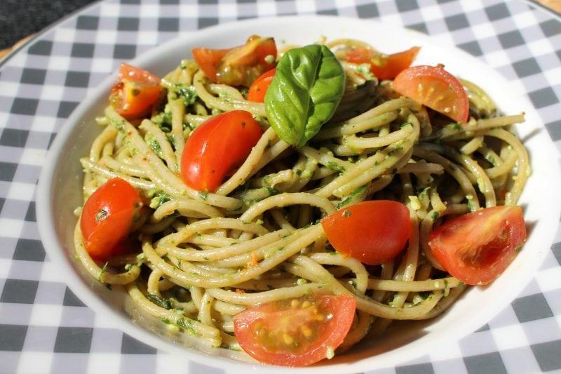 Die High Carb Vollkorn Spaghetti mit selbst gemachten Basilikum Pesto