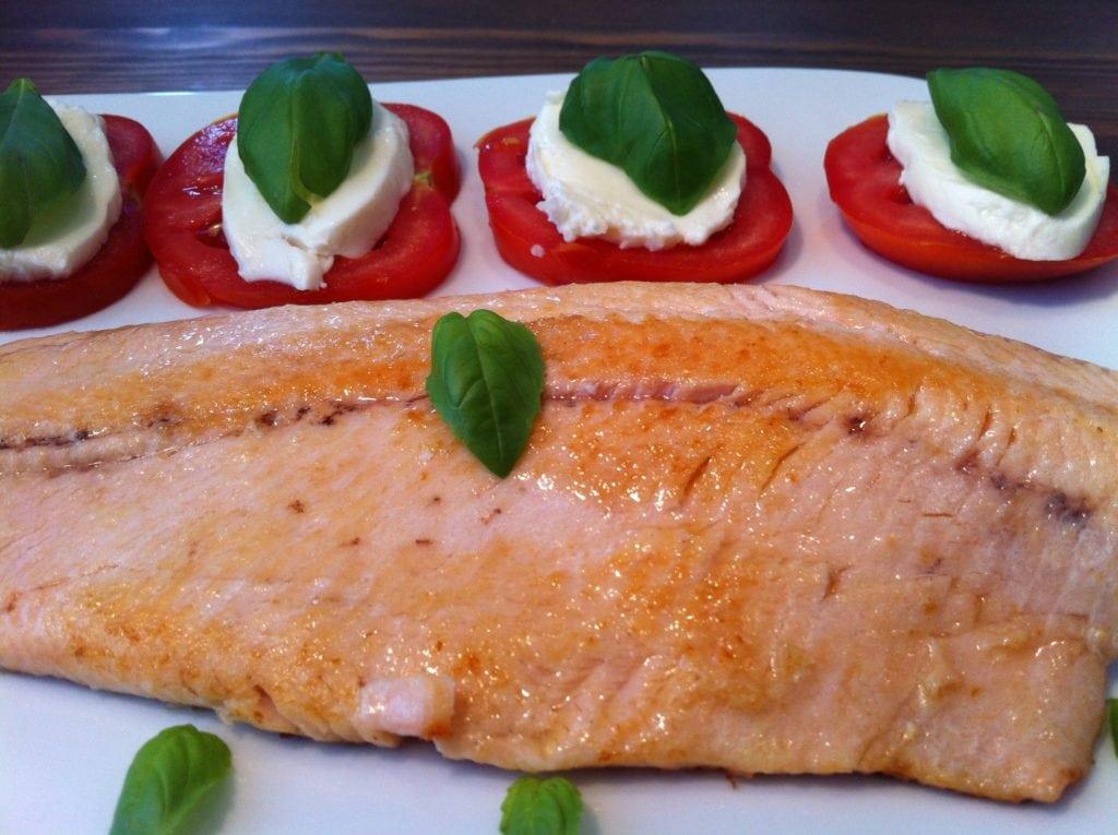 Der gesunde Lachshappen mit Tomate Mozzarella
