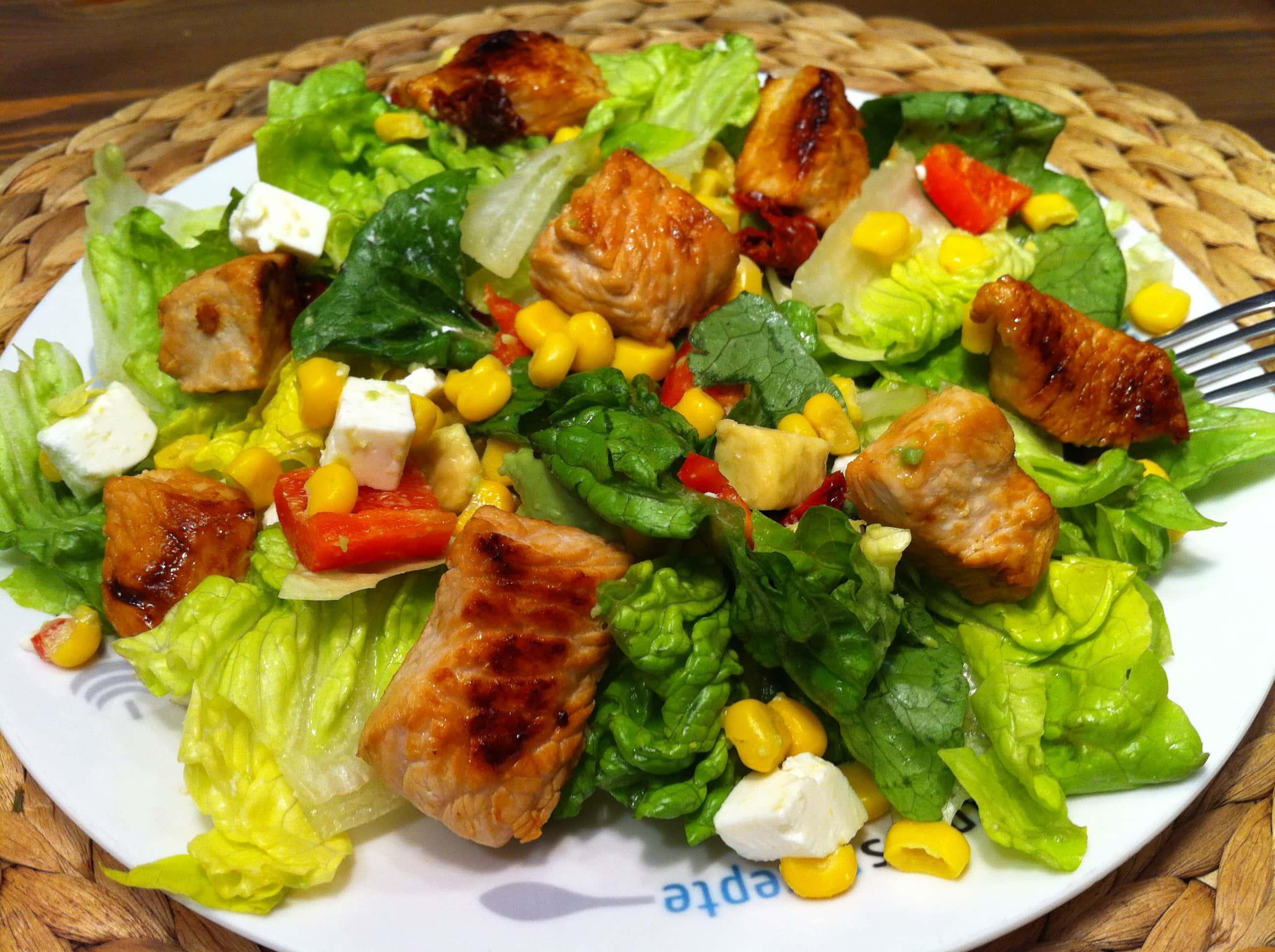 Der gesunde-salat-mit-avocado