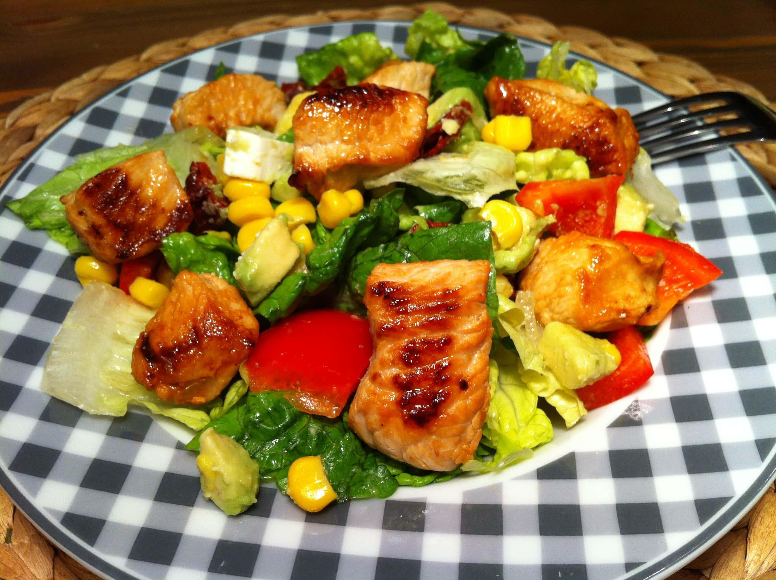 der leckere-gesunde-salat-mit-avocado