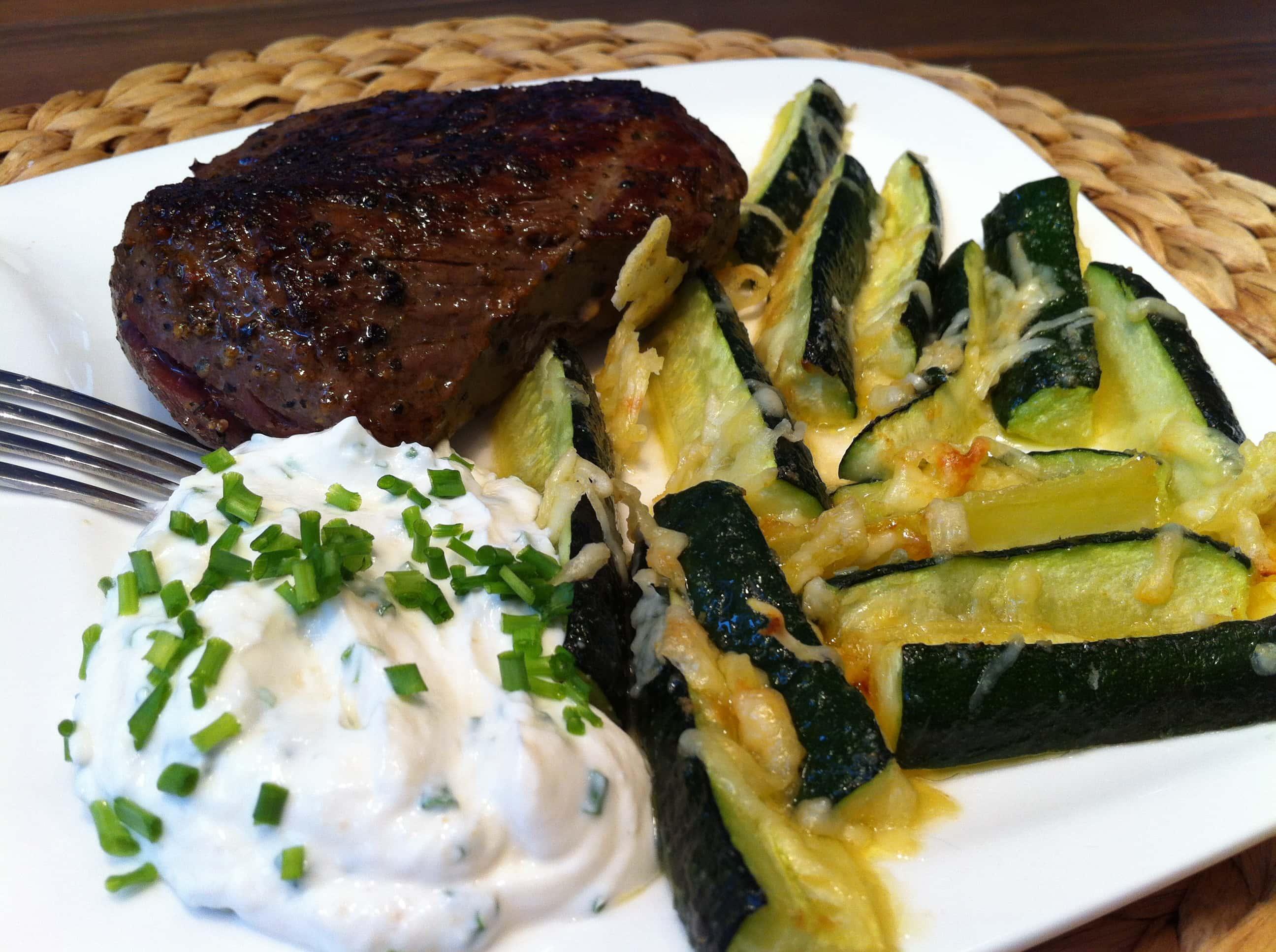 Die leckeren low carb Zucchinisticks mit Quarkdip und einem saftigen Steak