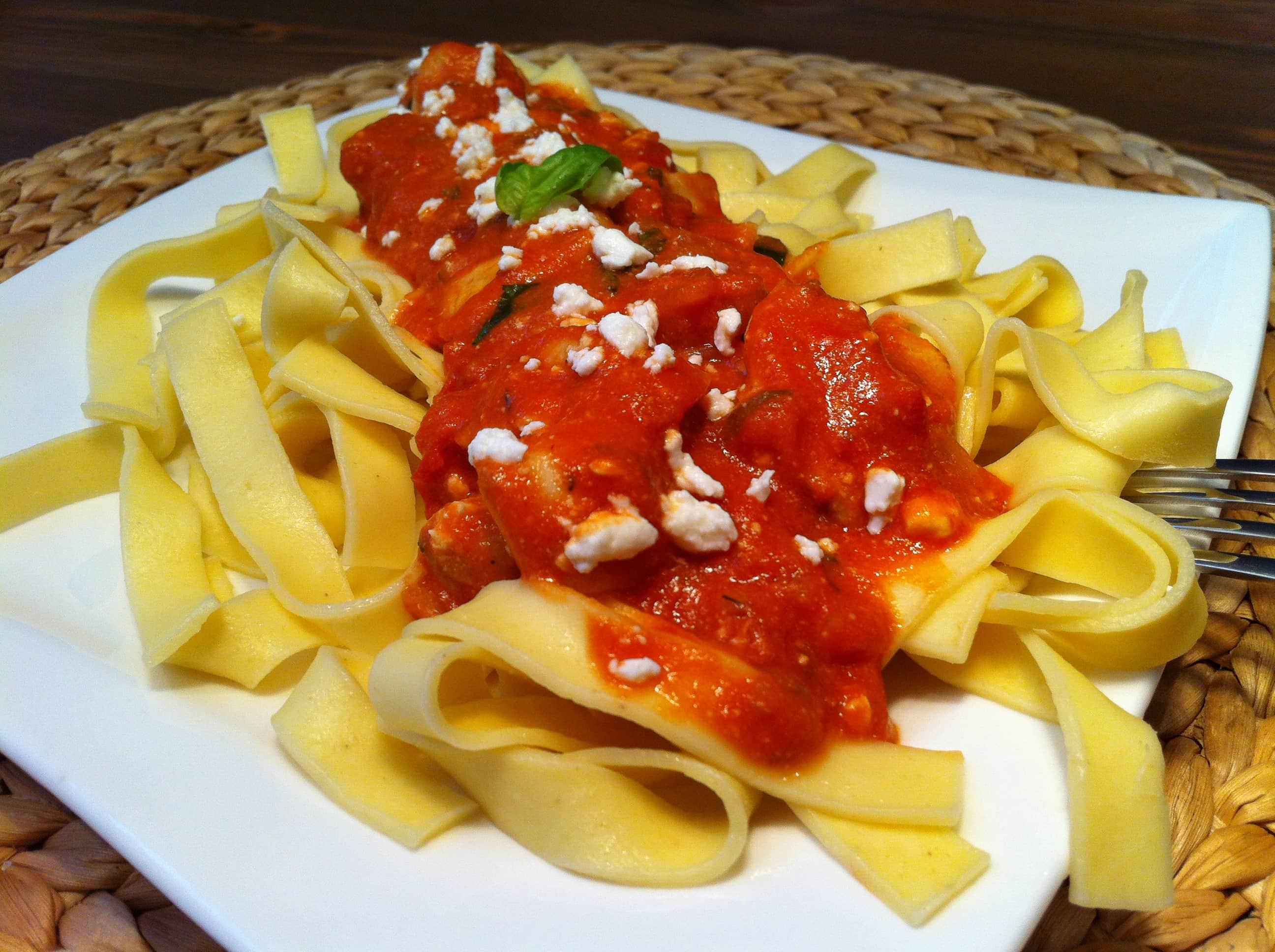 Die leckere Pasta mit der leichten Tomaten-Feta-Sauce