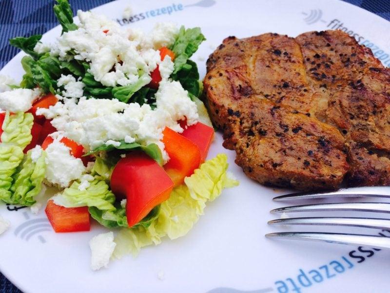 Der leckere Low carb Nackensteak mit dem leichten Salat
