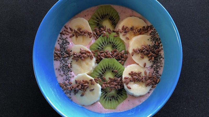 Smoothie Bowl Fruchtsalat Smoothiebowl Banane, Kiwi, Erdbeere, Chia Samen, Leinsamen, Milch, Magerquark