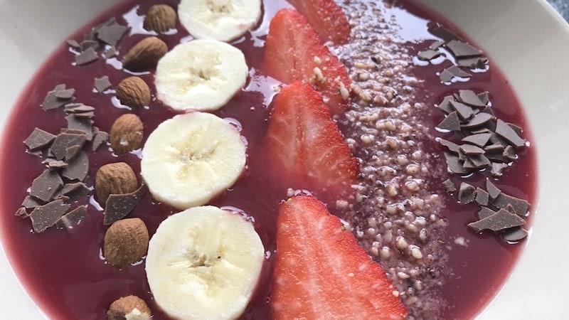 Smoothie Bowl Erdbeeren Bananen Nüsse Mandeln Schokolade Rezept Zubereitung