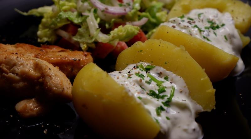 Pellkartoffeln mit Sour Cream, saftigem Hähnchen und Salat