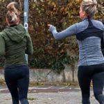 Sport bei Kälte, zwei Frauen joggen draußen auf der Straße