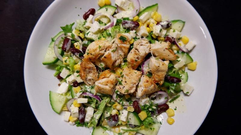 Die Extraportion Power mit dem Protein-Salat von Bonduelle: Bunter Salatteller mit Hähnchen