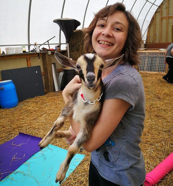 Marinela mit Ziege im Arm