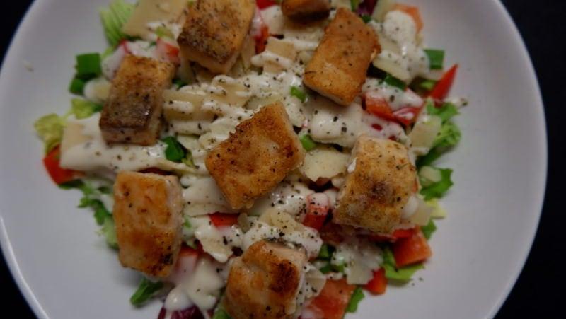 Frischer Low-Carb Frühlingssalat mit Lachswürfeln