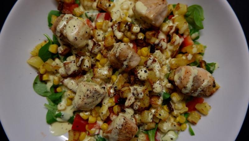 Feldsalat mit frischem Lachs und knackigen Kartoffelwürfeln
