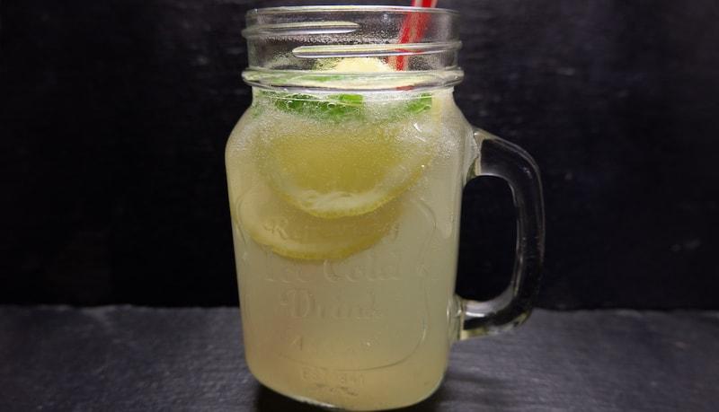 Gesunde und selbstgemachte Zitronenlimonade