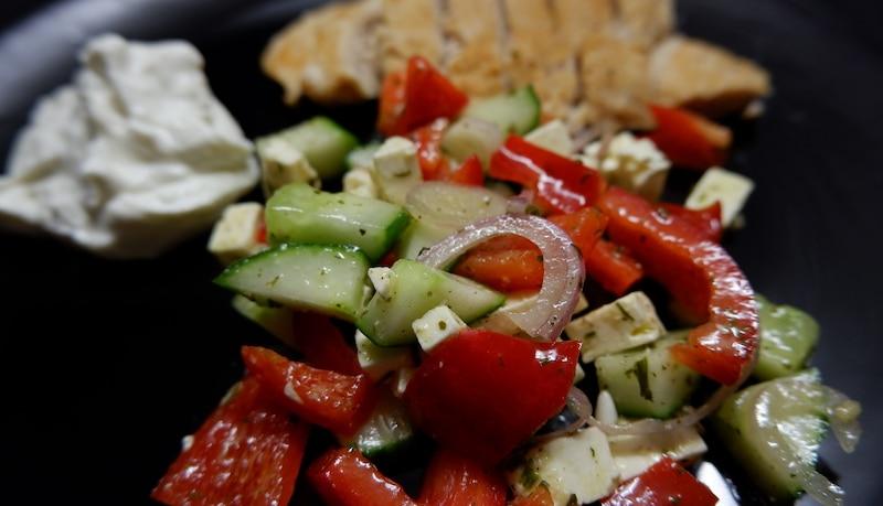 Bauernsalat mit saftigem Hähnchen und Tzatziki