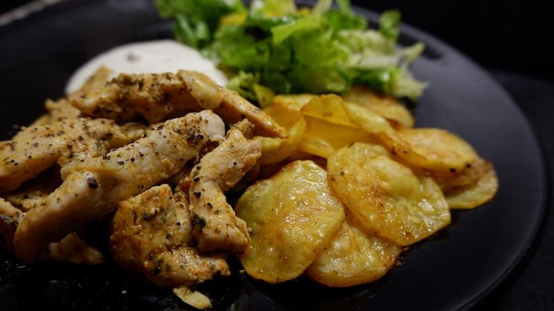 Proteinreiches Hähnchengyros mit Tzatziki, Salat und gesunden Bratkartoffeln