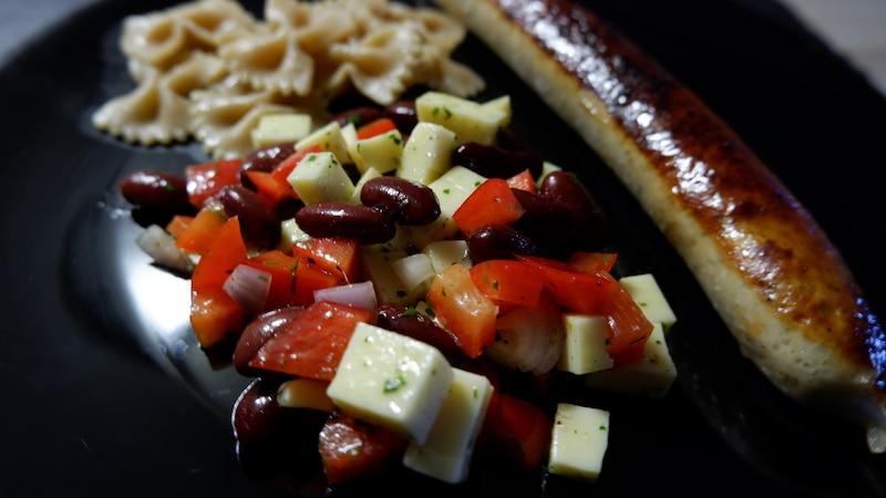 Kidneybohnensalat, Geflügelwurst und Vollkornnudeln