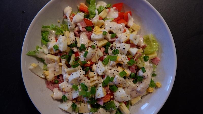 Proteinreicher Salat, Schinken, Ei, Käse