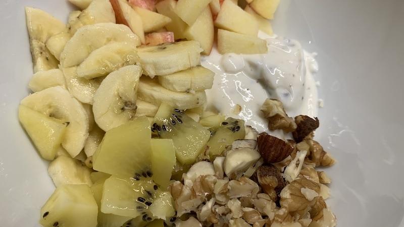 Joghurt-Bowl mit Früchten und Nüssen