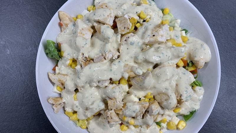 Hähnchen-Mais-Salat mit Senf-Dressing