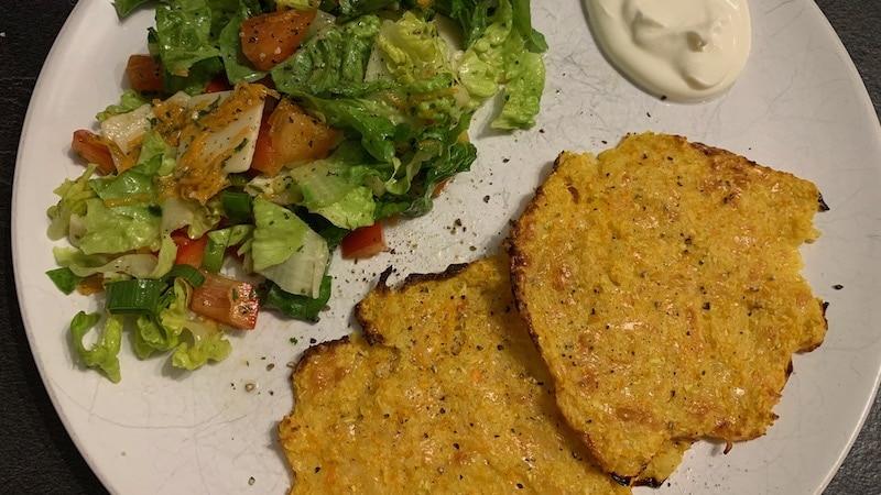 Gemüsepuffer mit Salat und saurer Sahne