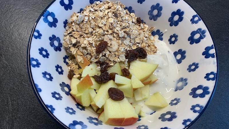Frühstücksbowl mit Quark, Müsli und Früchten