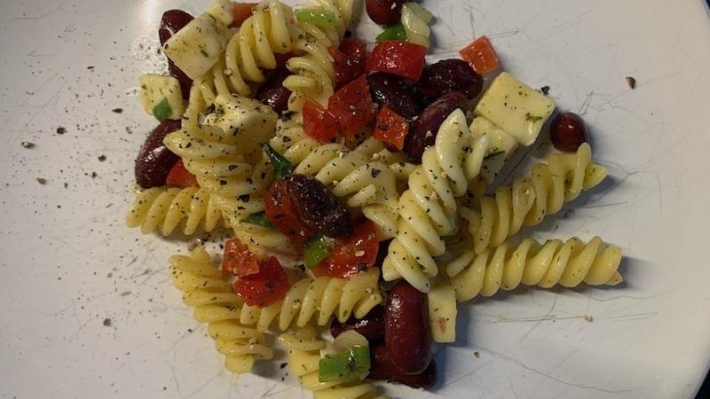 Proteinreicher Nudelsalat mit Kidneybohnen und Paprika